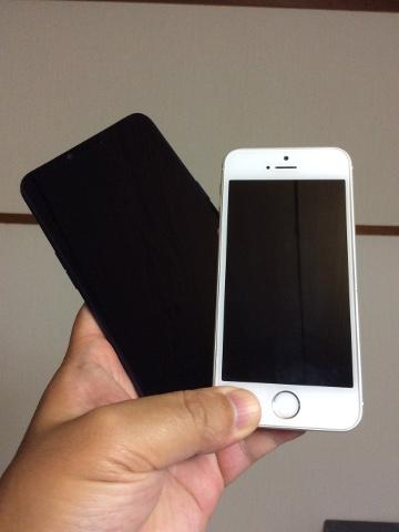 R15 NeoとiPhone SEの大きさ比較